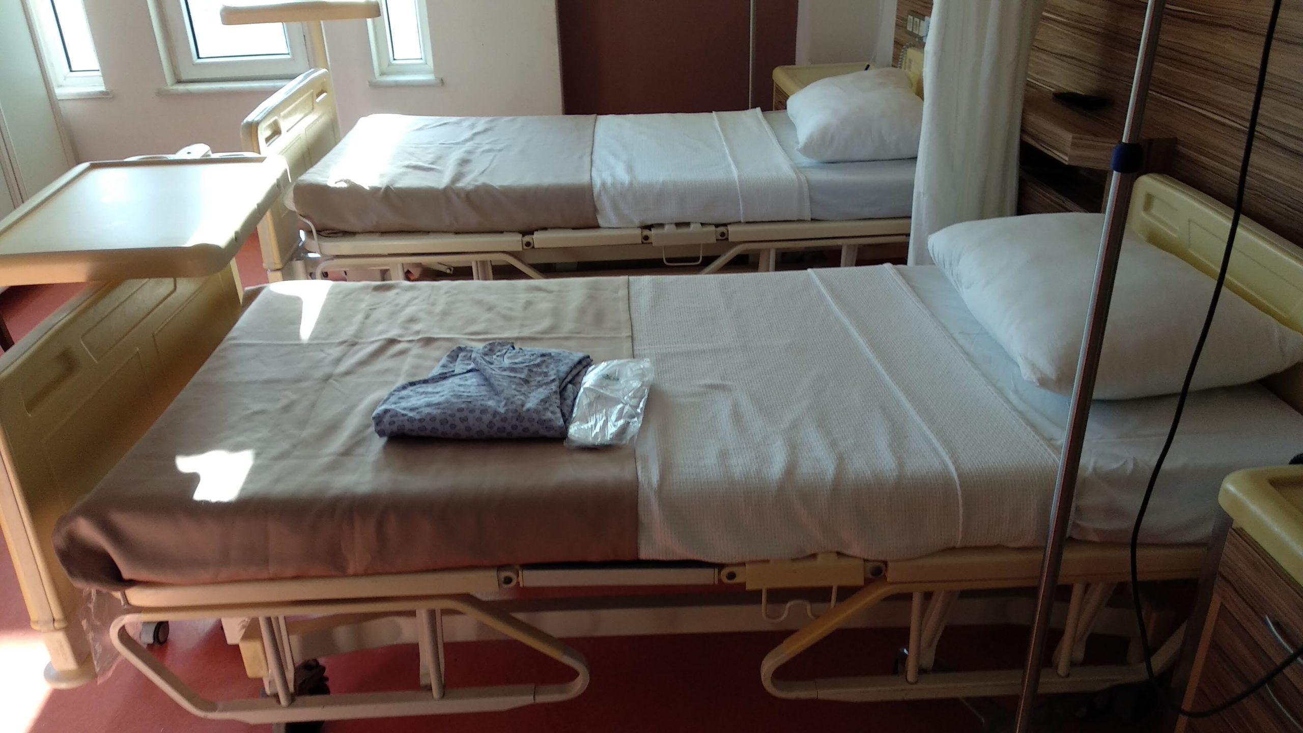 Рубашка и тапочки для операции
